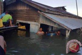 Rumah warga roboh tersapu ombak di Balikpapan