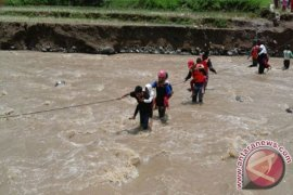 Ratusan Warga Kampung Cipiit Sukabumi Terisolir