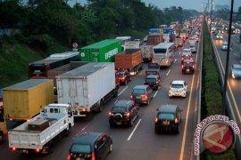 Truk Barang Masih Lintasi Tol Jakarta-Cikampek