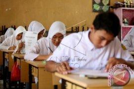 Pelajar Bekasi UN Susulan Akibat Soal Tertukar