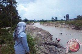 PT Timah Keruk Sungai Pendindang Cegah Banjir