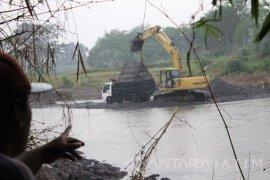 Aktivis Lingkungan Tantang Polisi Berantas Penambang Pasir Liar (Video)