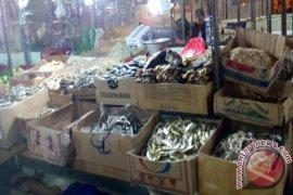 "Pasar Tradisional Karawang ""Diserbu"" Ikan Asin Impor"
