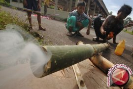 "Warga Pangkalpinang Lestarikan Permainan Tradisional ""Meriam Bambu"""