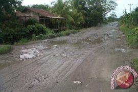 Perbaikan Jalan Trigadu lambat ganggu aktivitas warga tiga kecamatan