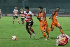 Laga MU-Mitra Kukar Terganggu Padamnya Lampu Stadion