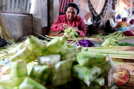 Pedagang ketupat di Ambon panen rezeki
