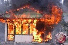 Seorang anak bakar rumah ibunya sehingga rata dengan tanah