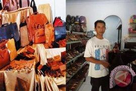 Wisatawan Mancanegara Meminati Kerajinan Kulit Sapi Lokal