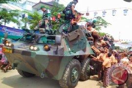 Walah, Pelajar Purwakarta Berebut Naik Kendaraan Tempur TNI