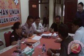 Komisioner KPU memeriksa berkas pasangan Gaghana-Hontong Page 1 Small
