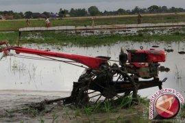 Petani Bangka Barat Gembira Terima Bantuan Traktor