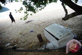 Sampah Kulkas Di Pantai
