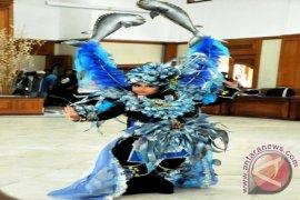 Pertunjukan Kostum Unik Meriahkan Festival Kota Raja