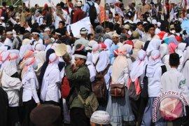 Peserta Demo Anti-Ahok di Bengkulu Punguti Sampah