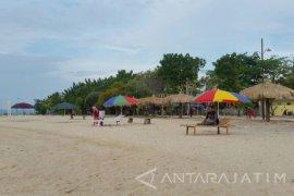 "Perangkat Desa Swadaya ""Percantik"" Pantai Sembilan Sumenep"