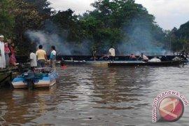 KM Usaha Baru Terbakar Di Sungai Kapuas