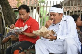 Dedi Mulyadi Makan Nasi Bareng Pengungsi Banjir