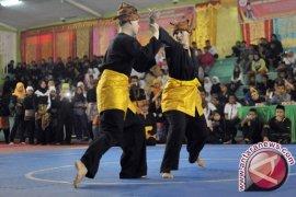 Pelajar Malaysia belajar silat Minangkabau