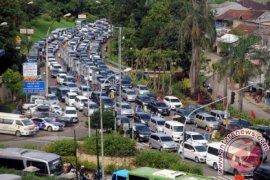 Ribuan pengendara terjebak macet enam jam di Puncak