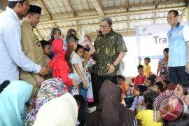 Gubernur Aher Hibur Anak Korban Gempa Aceh