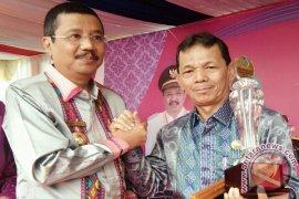 Bupati Tapsel Menerima Anugerah Parahita Ekapraya