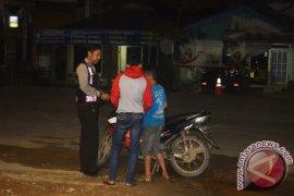 Berkendara Tiga Orang Malah Diberi Polisi Uang