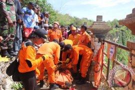 Tim SAR Denpasar Evakuasi Korban  di Tebing Uluwatu