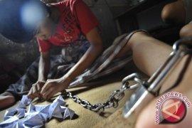 Anggota Polsek Caringin Bebaskan Pria Dirantai Keluarga, Ini Alasanya