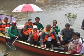 Prajurit TNI bantu warga terdampak  banjir di Samarinda