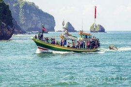 Ribuan Wisatawan Padati Pantai Papuma Selama Libur Lebaran