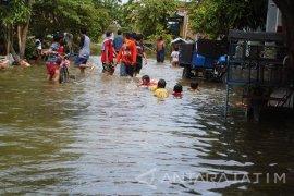 Ratusan Petugas Linmas/Satpol Surabaya Siaga Banjir Sumberejo