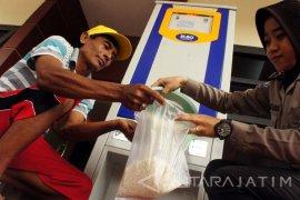Polres Trenggalek Uji coba ATM Beras Warga Miskin (Video)