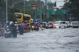 Tips berkendaraan di musim hujan