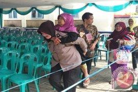 Polwan Sukabumi Gendong Lansia Penerima Progam BPNT