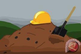 Material Bangunan Talut Longsor Timbun Tiga Pekerja