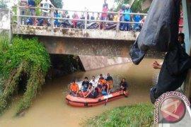 Seorang bocah terjatuh ke sungai di Jambi