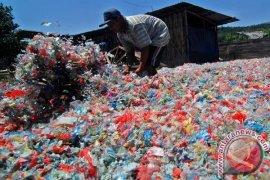 Pasukan kuning bersihkan sampah sisa CGM Singkawang