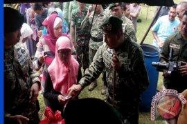 Pangkostrad Bagikan Paket Kebutuhan Pokok Di Sukabumi