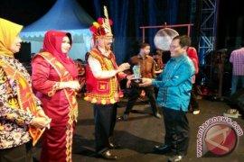 Dian Sastro Bangga Penonton Kartini Jatim Berkebaya (Video)