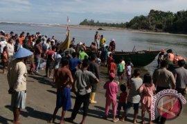 Nelayan Mukomuko Evakuasi Kapal Karam Diterjang Ombak