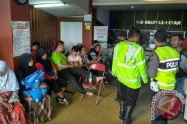 Polisi Evakuasi Korban Kecelakaan di Jalur Puncak-Cianjur