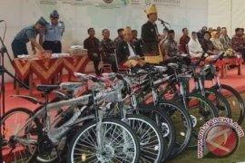 Presiden Jokowi Bagi-bagi Sepeda Ontel