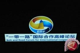 Jokowi Disambut Xi Jinping Memasuki Ruangan Pembukaan BRF