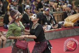 Gubernur Bali bantu maestro seni bondres