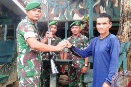Warga Perbatasan Serahkan Senjata Api kepada Prajurit