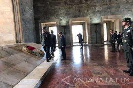 Presiden Jokowi Letakan Karangan Bunga di Makam Ataturk (Video)