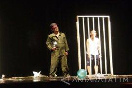 Dua Kelompok Teater Pentaskan Naskah Akhudiat
