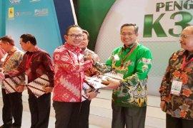 Gubernur Ridho Ficardo Meraih Penghargaan Pembina K3 Terbaik Nasional