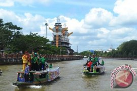Banjarmasin works out floating market dock